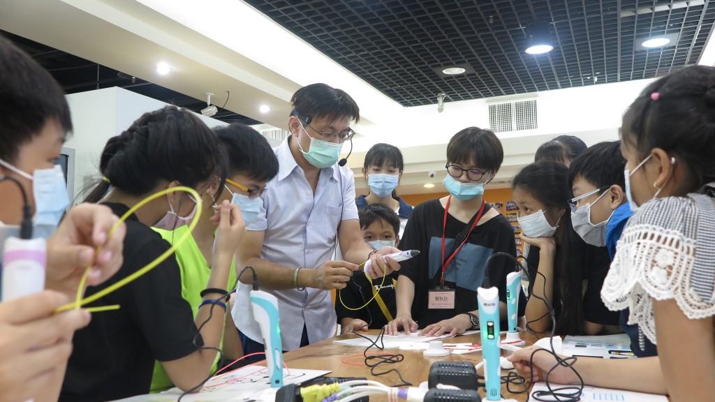 講師向新住民學員解說3D列印筆的構造及功能。(圖片來源:臺北市政府)