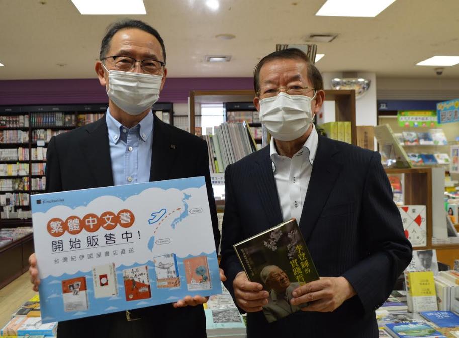 紀伊國屋書店副社長森啟次郎(左),陪同駐日代表謝長廷參觀台灣書專區(圖/文化部)