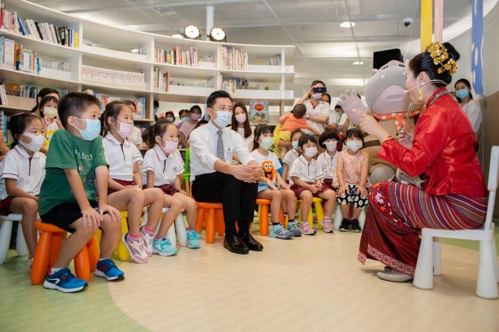 林智堅市長與一群孩童,聽來自曼谷新住民媽媽陳菈雯說故事(翻攝自新竹市政府網站)