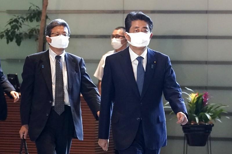安倍晉三首相(右) 28日在記者會上宣布請辭待命 (美聯社)