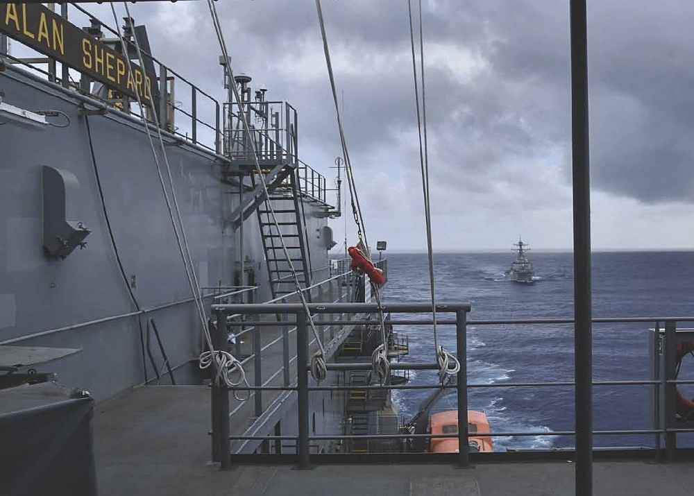 捷克參議院議長維特齊率團抵台之際,國防部31日表示,美軍一艘驅逐艦由北向南航經台灣海峽。圖為美軍30日在臉書分享班福特號驅逐艦(右後)在海...