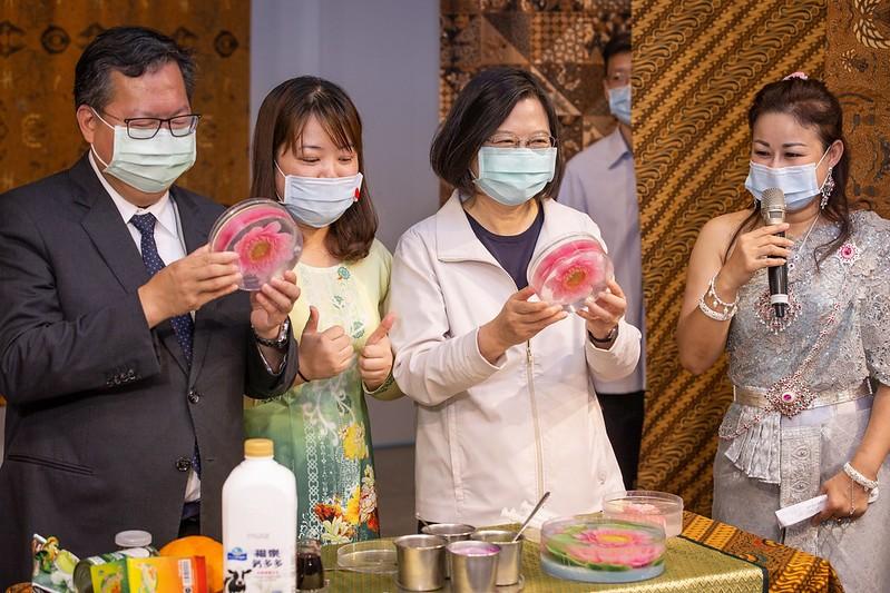 說明:蔡英文總統參訪「桃園市新住民文化會館」,並現場體驗製作果凍花(翻攝自總統府網站)