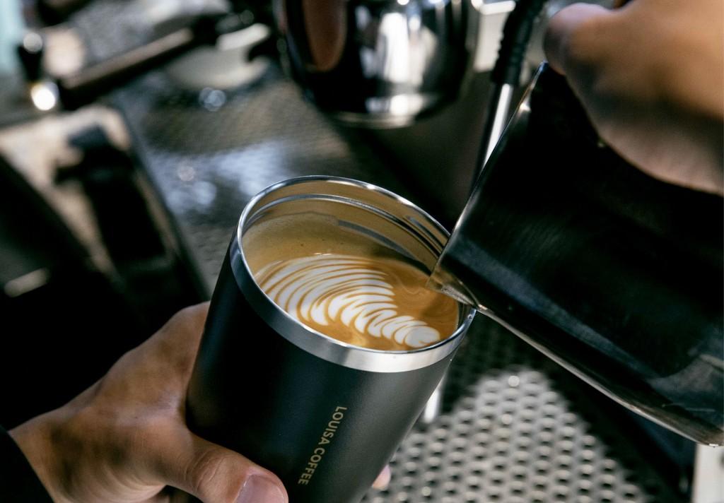 路易莎黑卡隨行杯霧面磨砂杯身,時尚俐落的流線設計具質感,且不留指紋