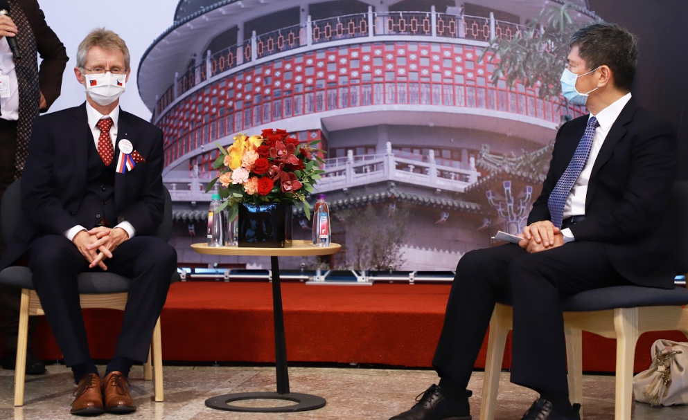 捷克參議院議長韋德齊(左)與台灣文化部長李永得會面(圖/文化部)