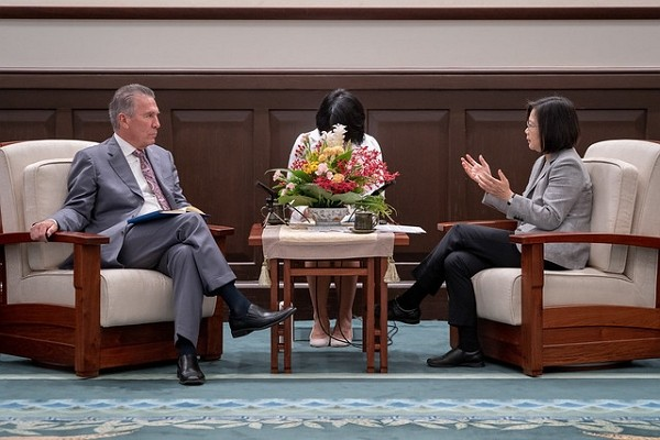 Taiwan President Tsai Ing-wen (right) met with U.S.-Taiwan Business Council Chairman Michael Splinter last year.