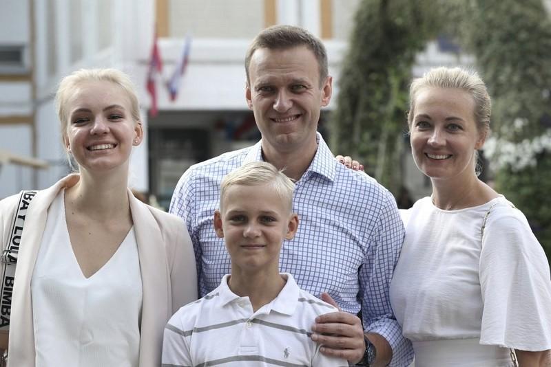 俄國反對派領袖納瓦尼(中)與家人(圖/美聯社)