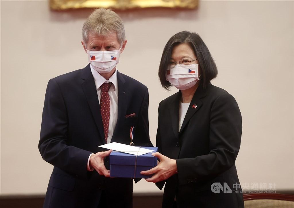 President Tsai Ing-wen (left) and Czech Senate President Milos Vystrcil meet onSept. 3, 2020.