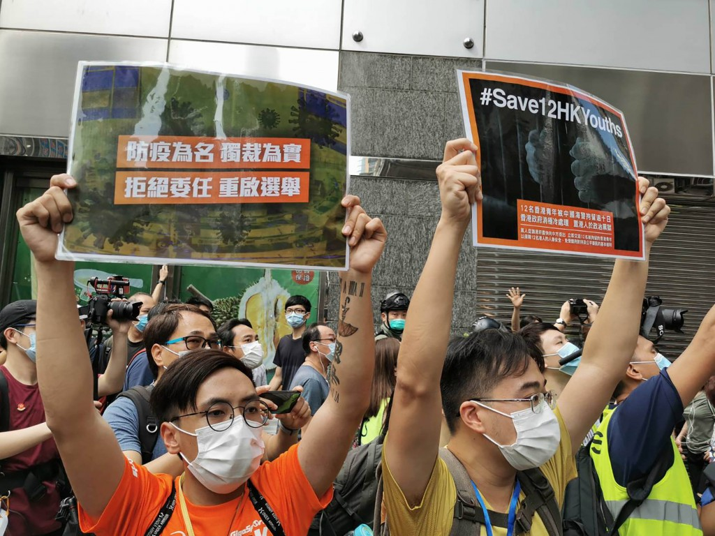 香港網民發起「906」遊行,示威者於九龍佐敦一帶高舉標語。