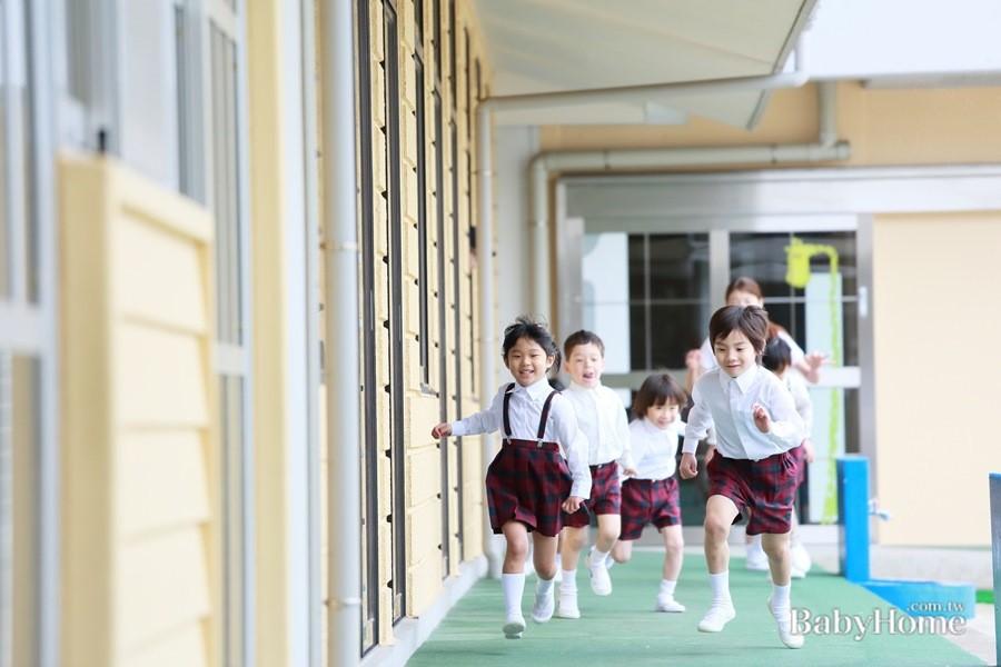 家長可把握近期學校「家長日」和老師面對面請益溝通,共同幫助孩子融入校園新生活。(BabyHome提供)