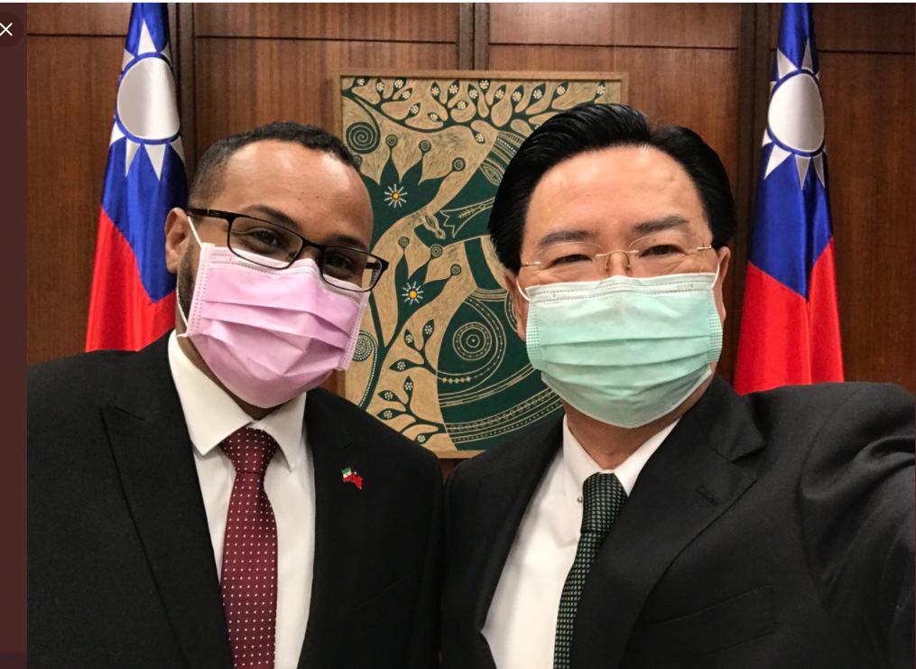 Foreign Minister Joseph Wu (right) with Somaliland representative Mohammed Omar Hagi Mohamoud (Twitter, MOFA photo)