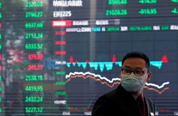 Man wearing protective mask in Shanghai Stock Exchange building on February 28, 2020. (Reuters photo)