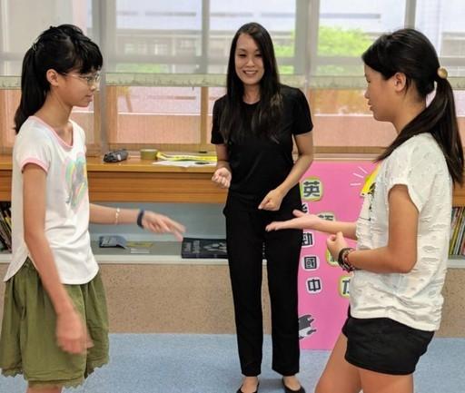 菲律賓籍黃安真老師與後勁國中學生進行教學互動。(圖片來源:文藻外語大學)