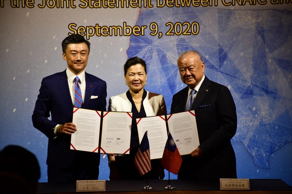 (左起)美國商會會長金奇偉、經濟部長王美花,以及工商協進會會長林伯豐(照片來源:經濟部提供)
