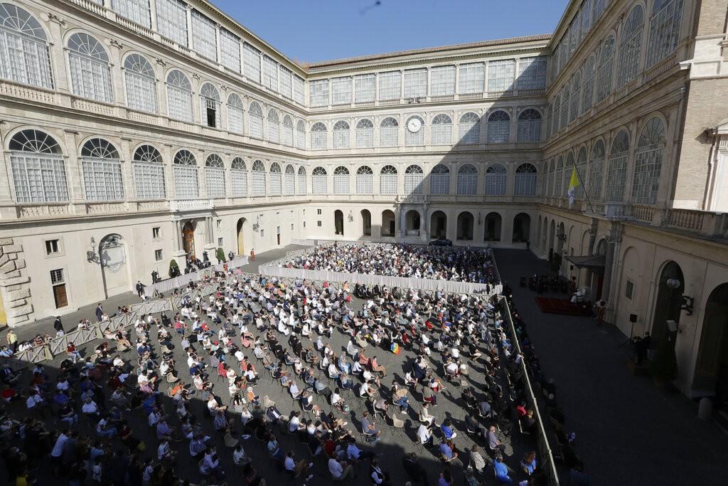 天主教教宗方濟各與民互動 首度在公開場合戴口罩
