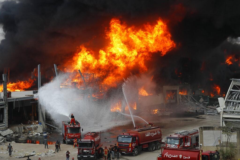 黎巴嫩首都貝魯特港區發生大火。(照片來源:美聯社)