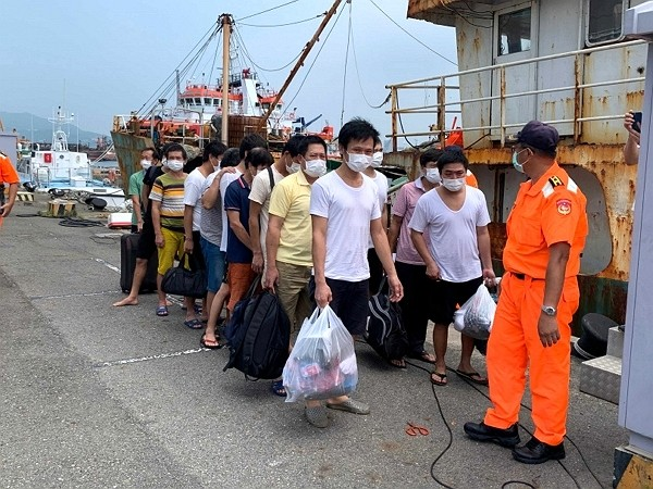 Crew members of trespassing ship deported back to China on Thursday. (Kaohsiung Coast Guard Administration photo)