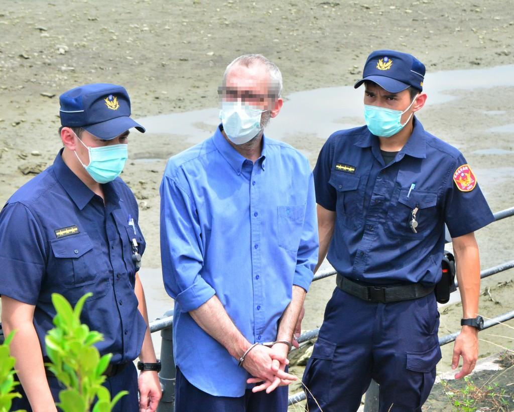 Oren Shlomo Mayer (center) at the scene of the crime in Yonghe, New Taipei City Sept. 11