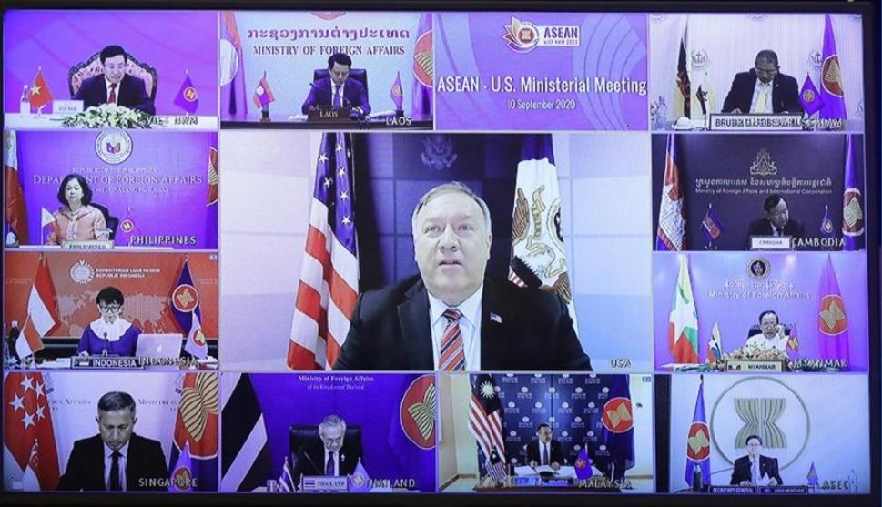 美國國務卿蓬佩奧(中)9日與東南亞國家協會10國外長舉行視訊會議。美聯社報導,蓬佩奧在會中呼籲東協各國,重思與在南海霸凌他們的中國國企的商...