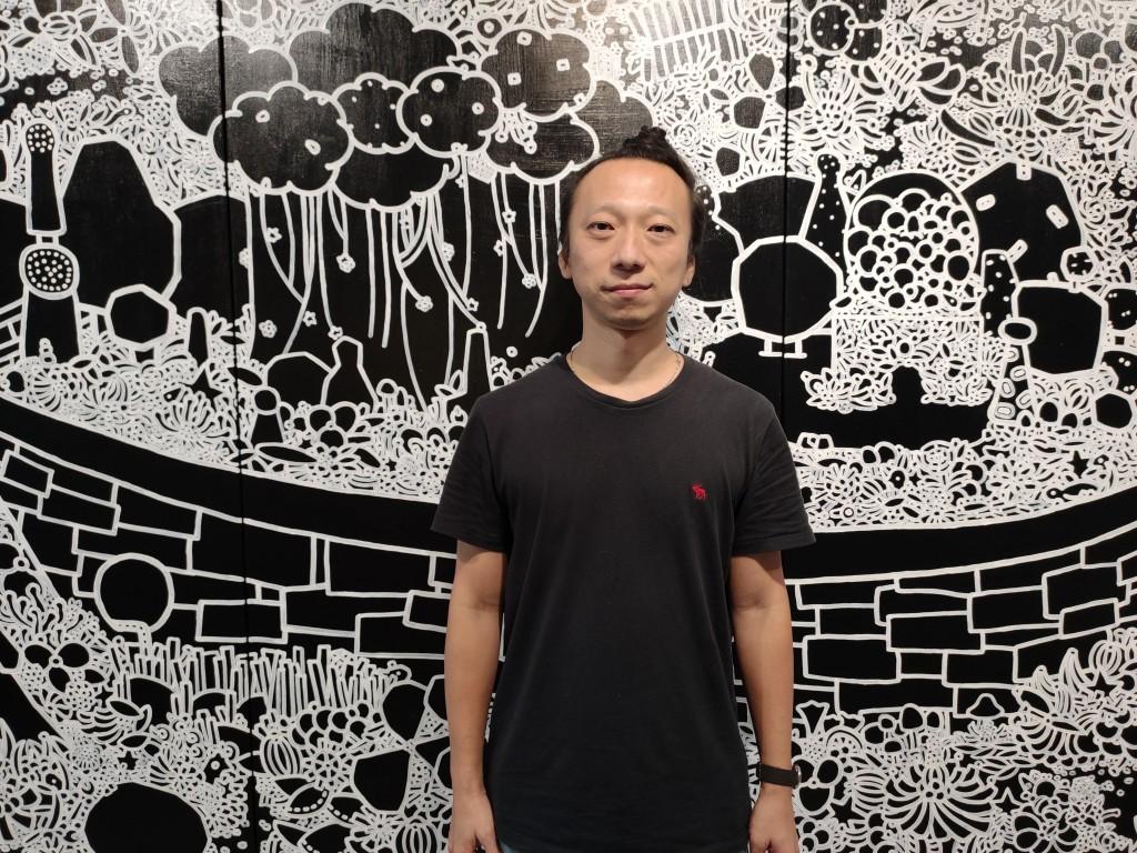 呂英菖創作使用大量的黑,代表許願時閉上眼後面對的寧靜(圖/台灣英文新聞)