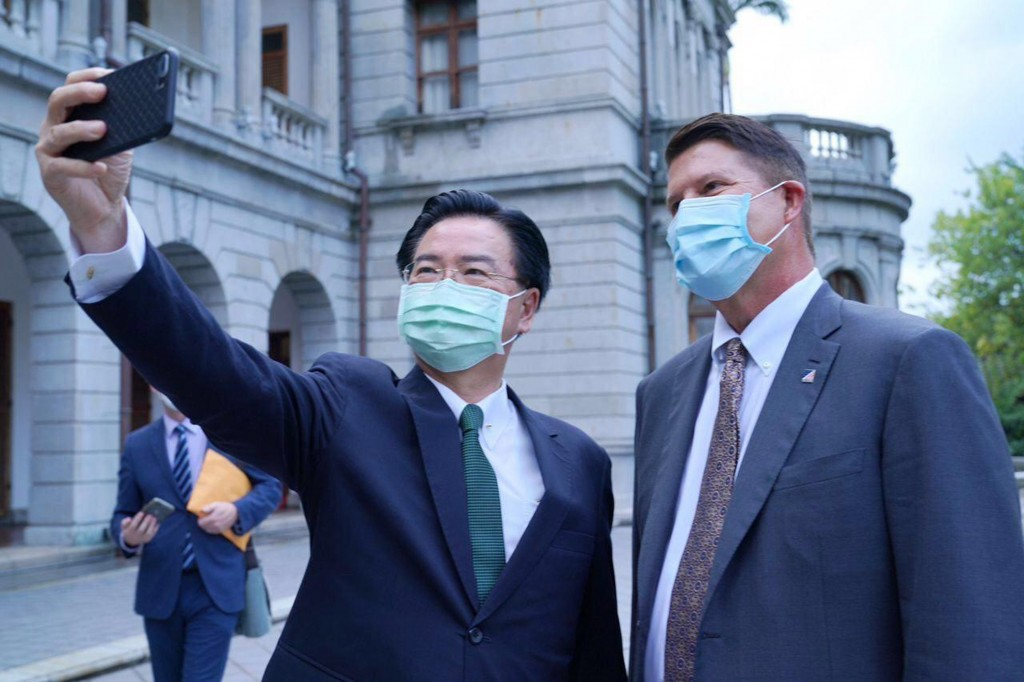 Foreign Minister Joseph Wu (left) takingselfie with Undersecretary of State Keith Krach outside Taipei Guest House. (MOFA photo)