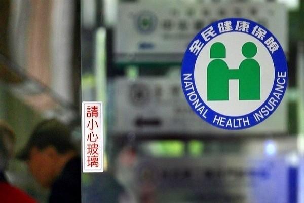 許多旅居海外民眾長年不在台灣,生病選擇回台用健保,但因在台灣沒工作,保費大多比照無收入者,引發不公平疑慮。(圖/中央社)
