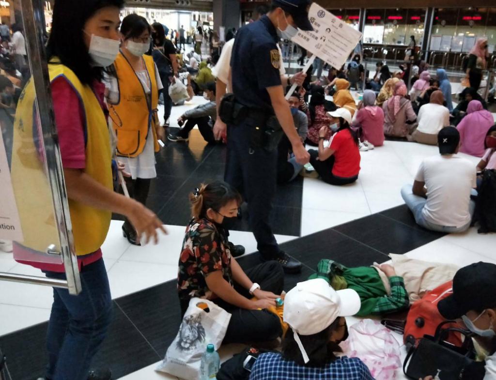 台北車站大廳群聚人潮再現,出動警力柔性勸說(圖/台鐵)