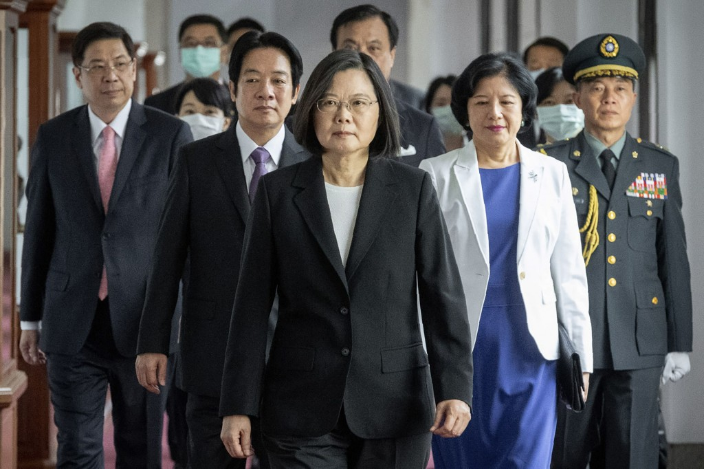 Tsai Ing-wen (center).