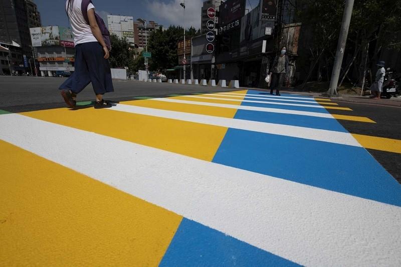 新竹市彩色行人穿越道線試辦計畫,已呈交通部核備,是以台灣設計展「Check in新竹-人來風」的黃、藍、綠主視覺作底色,結合行人走踏的白色...