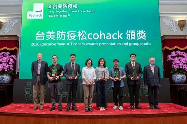 President Tsai Ing-wen (fourth left) attendsthe Presidential Hackathon awards ceremony on Sunday. (Presidential Office photo)