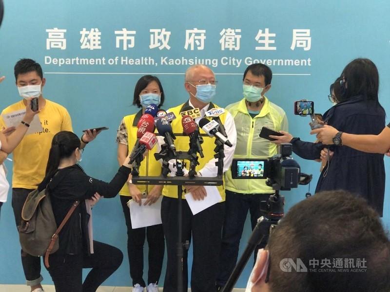 高雄美濃另一名50多歲女子居家檢疫期間猝死,圖為高雄市衛生局長黃志中(中)13日接受媒體訪問。中央社