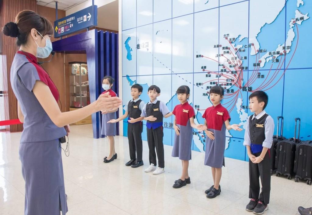 「小小空服員 高雄起飛」為小朋友打造航空體驗課程,近距離了解空服員與地勤的工作內容,體驗航空從業人員的日常工作。 (中華航空提...