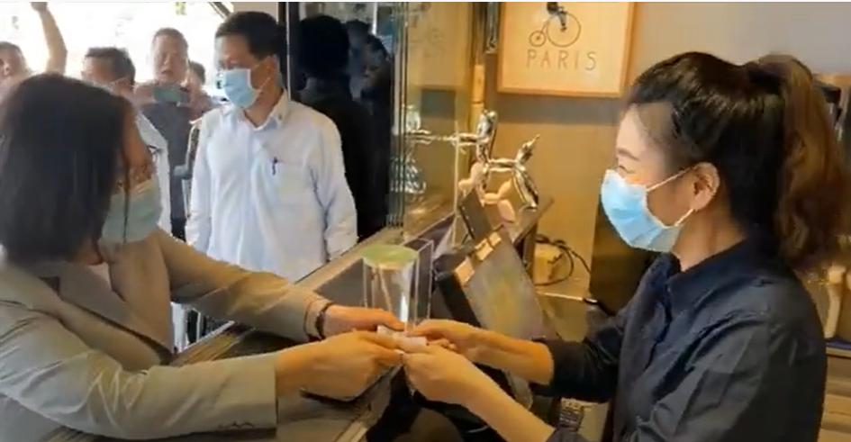 President Tsai (left) paying for 150 cups of winter melon lemon tea in Penghu on Sept. 22.