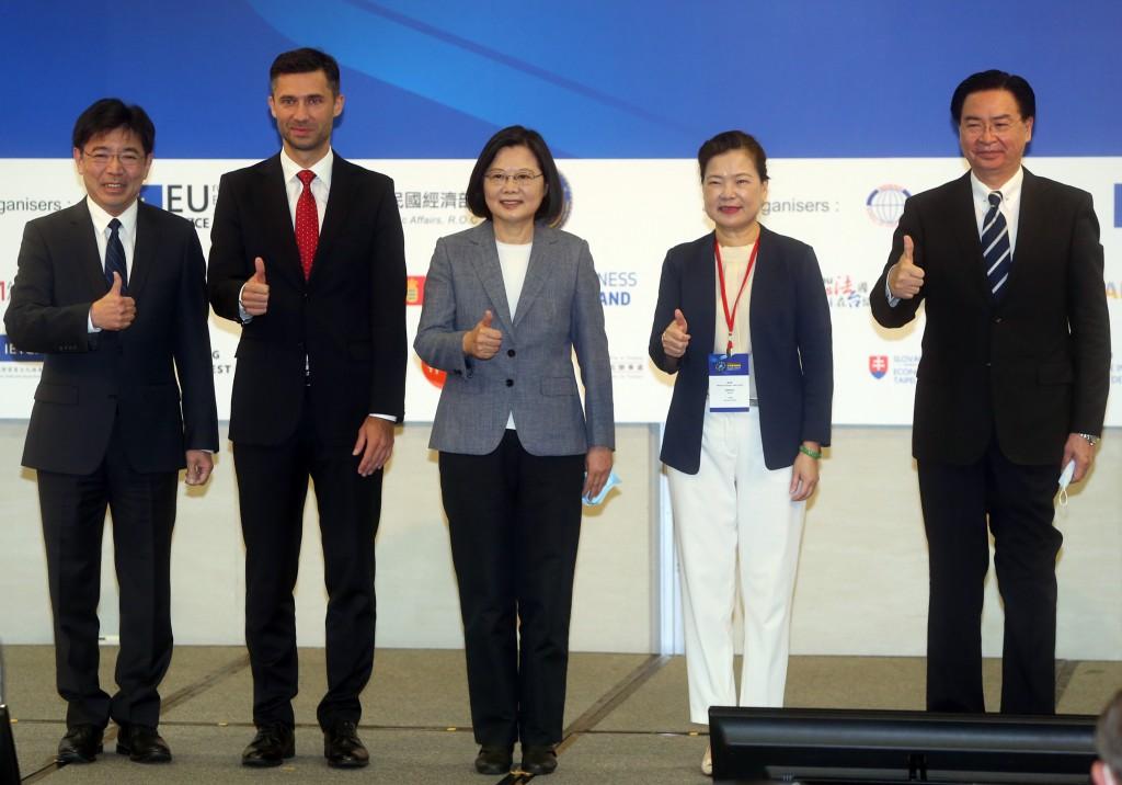 President Tsai Ing-wen (center) and EU representative Filip Grzegorzewski (second from left) at the EU Investment Forum Sept. 22