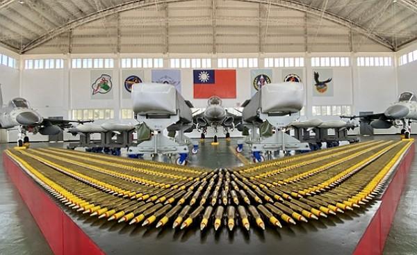 TaiwanAir Force displays IDF jets andWan Chiencruise missiles in Penghu.