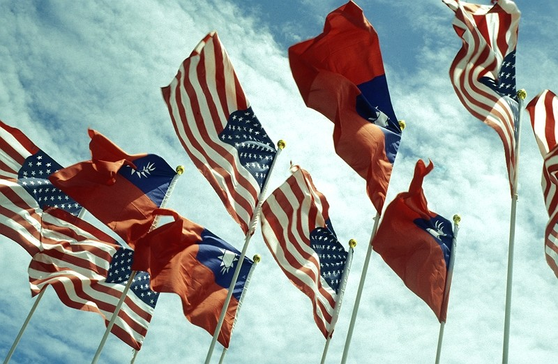 Taiwanese and American flags (Getty Images photo)