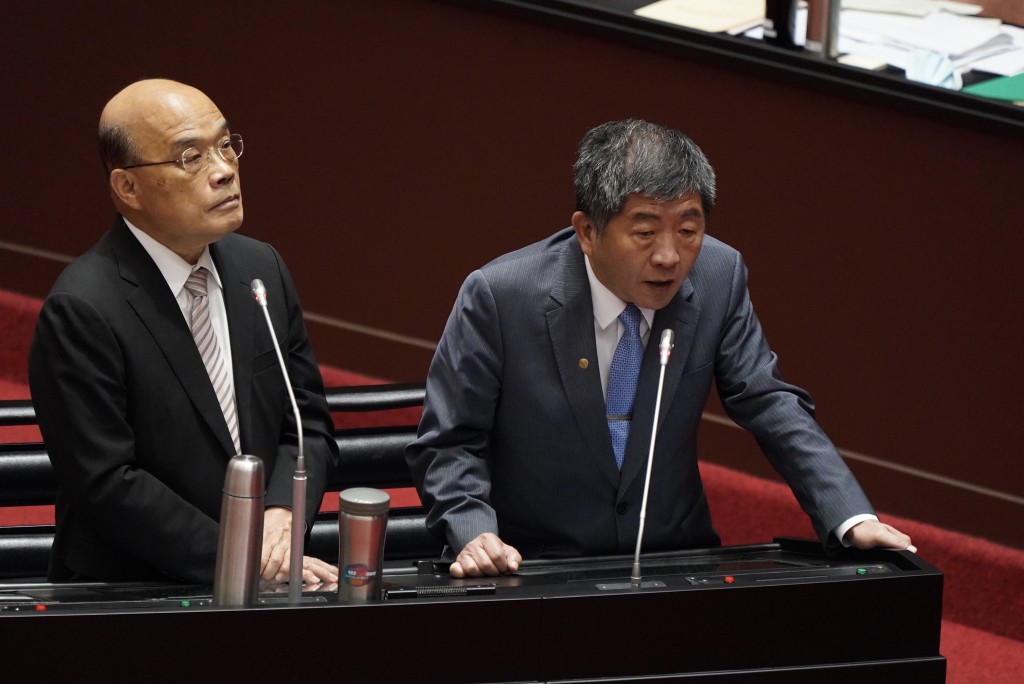 Health and Welfare Minister Chen Shih-chung (right) with Premier Su Tseng-chang