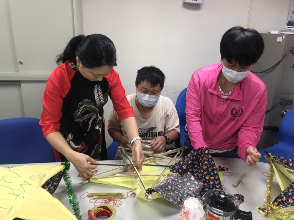 說明:新住民與眷屬合力製作越南布燈籠 (圖片來源:移民署花蓮服務站)