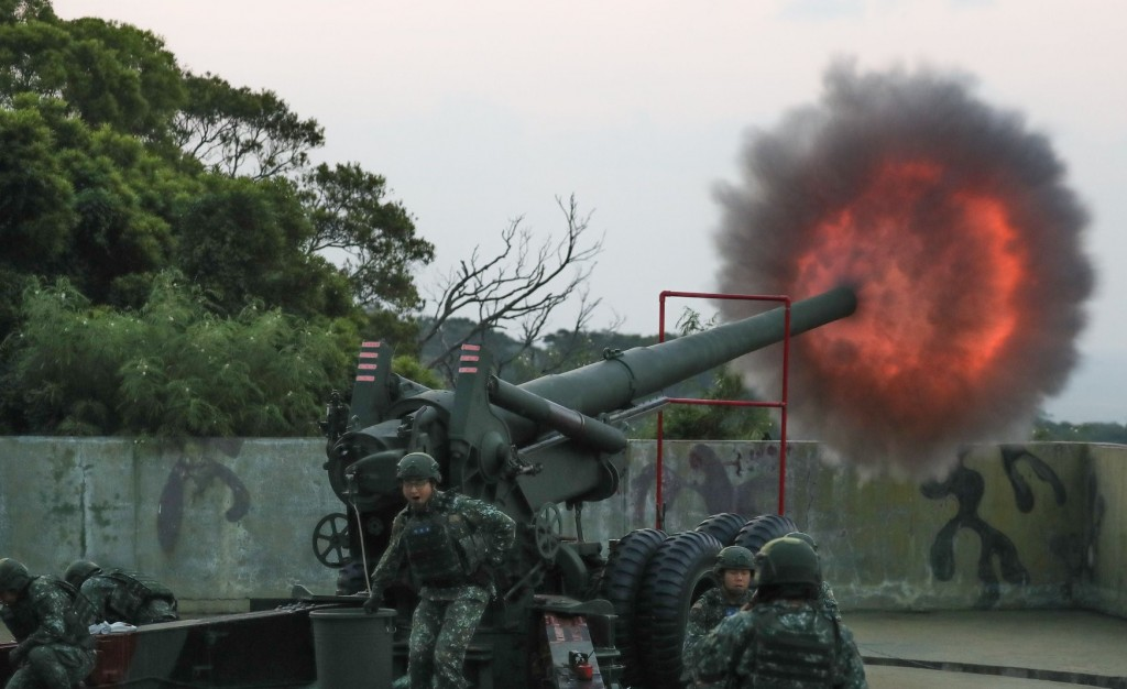 Soldiers firing a 155 mm howitzer. (Facebook, Youth Daily News photo)