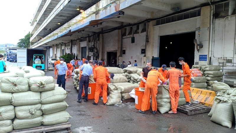 Taiwan customs busts attempt to smuggle 8 tons of Chinese garlic (Keelung Customs photo)