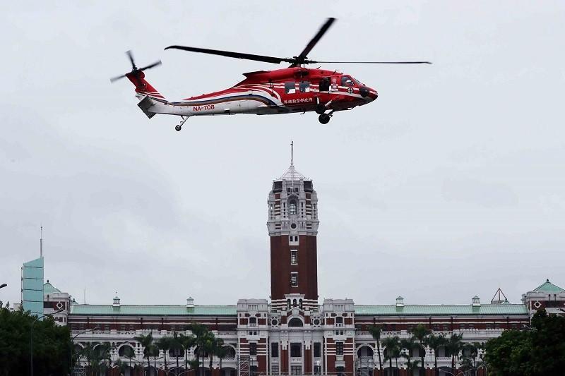 雙十國慶將至,內政部空勤總隊的UH-60M黑鷹直升機27日在總統府前廣場彩排試航,並在凱達格蘭大道上空盤旋。中央社