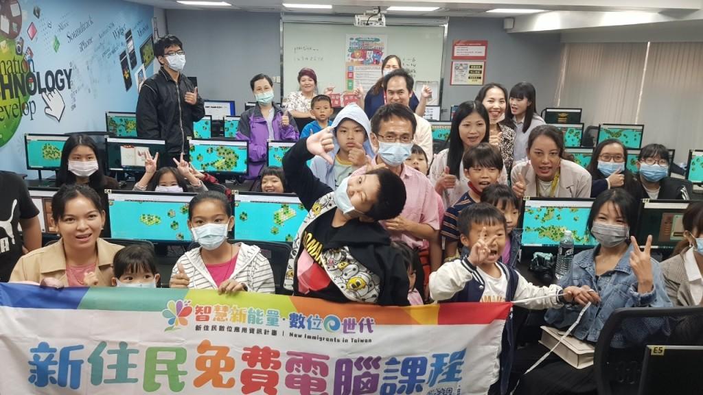圖說:新住民及其子女參加移民署舉辦「新住民電競動動腦」活動大合照(圖片來源:移民署)
