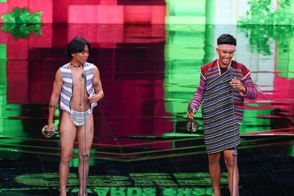 Si Pangoyod and Buya Watan won best youth program host at Golden Bell Awards.