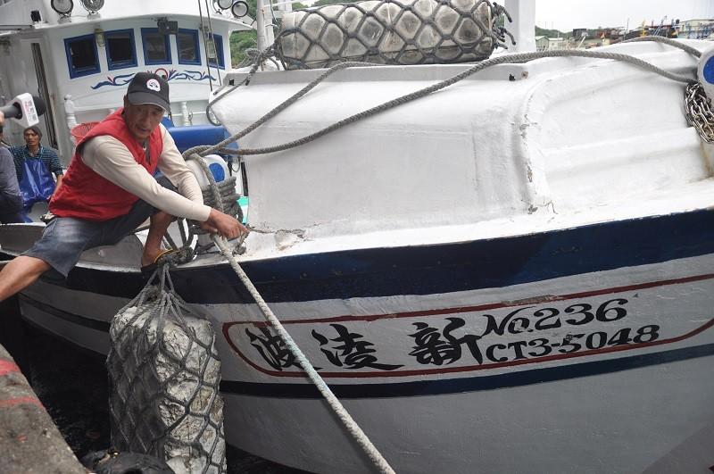 蘇澳籍漁船「新凌波236」船長陳吉雄(圖)28日返港說,當時只是要進入釣魚台外海12浬內撿拾漁具,卻在沒有被示警情況下遭撞,認為日方罔顧...