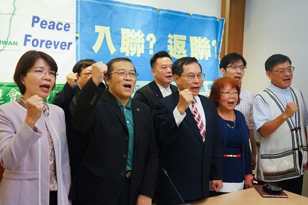 """TAIUNA members and Huang Hsiu-fang (first left) urge government to join UN under the name """"Taiwan."""""""