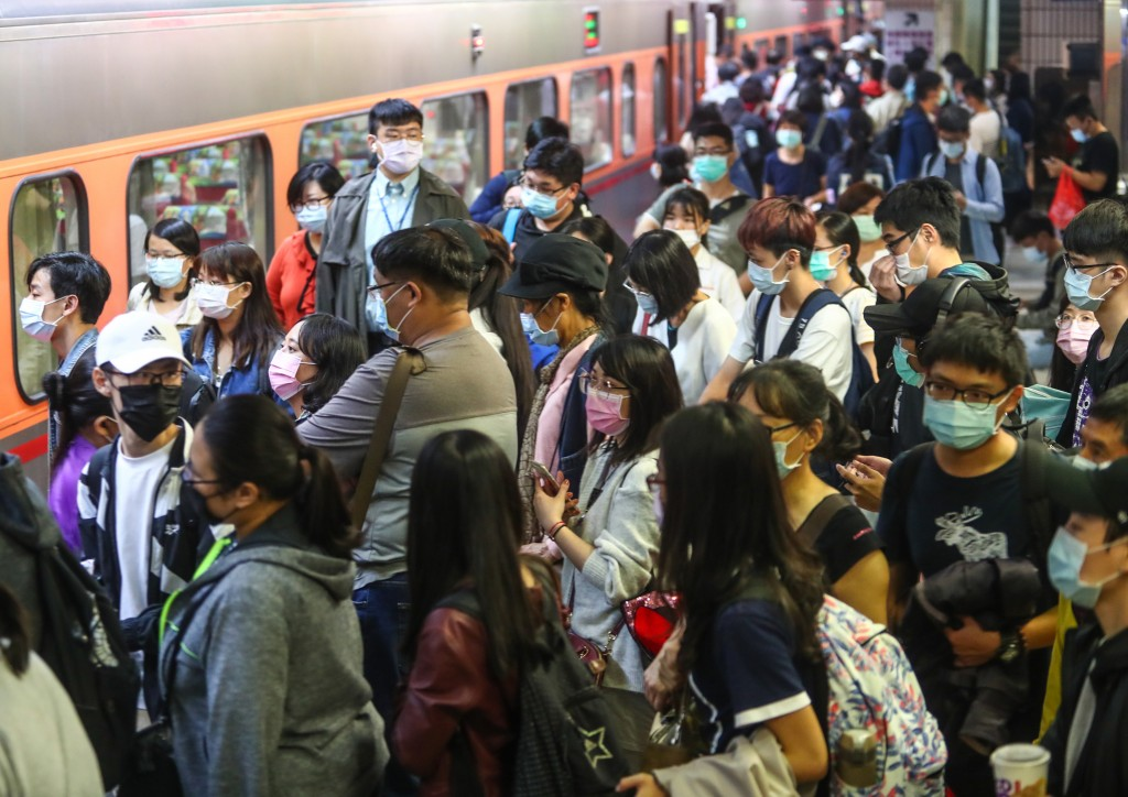 Traveling by train on the eve of the Mid-Autumn Festival