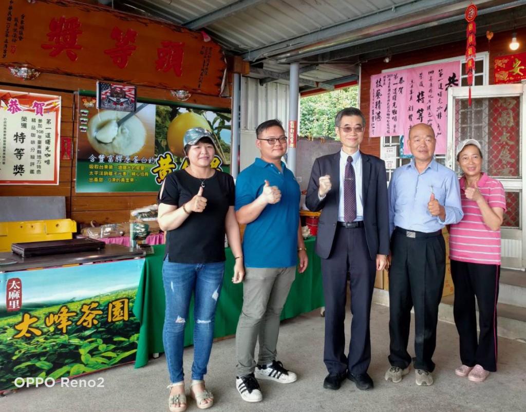 移民署副署長梁國輝(右三)來到「金土咖莊園」與越南籍新住民阮氏輝(左一)、先生廖國宏(左二)全家合照並品嚐「第一道曙光咖啡」,還直呼咖啡很...