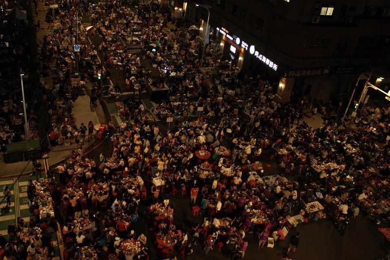 中秋連假首日,桃園市中壢區1日晚間舉辦封街烤肉活動,約有萬人到場響應,場面相當熱鬧。中央社