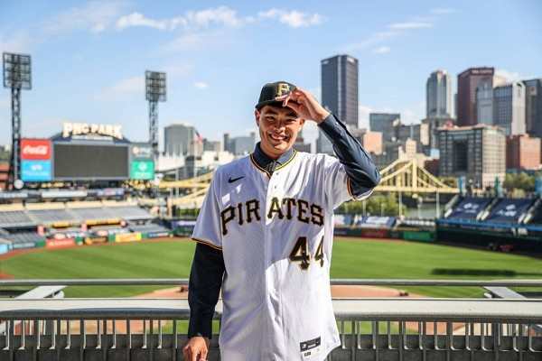 Taiwanese pitcher Chen Po-yu signs with Pittsburgh Pirates as a non-drafted free agent.
