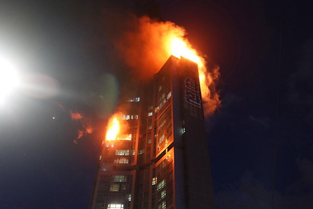 韓國蔚山33層大樓發生大火。(美聯社圖片)