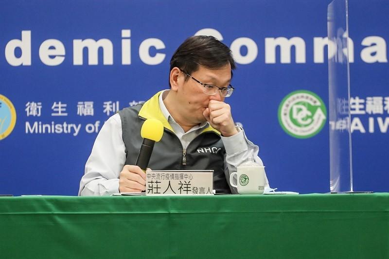 9日記者會仍由指揮中心發言人莊人祥主持, 圖為他在8日記者會發言之前, 清了一下喉嚨。(中央社檔案照片)